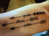 Tatuajes de nombre para mujer: flechas
