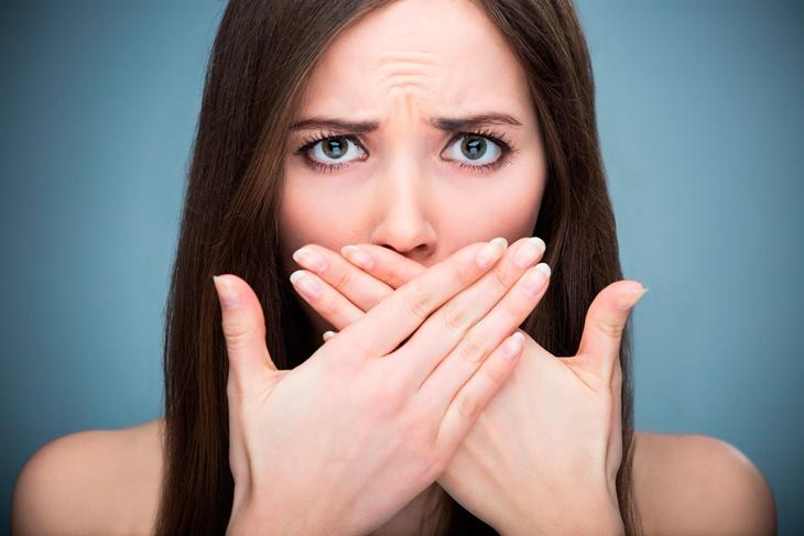 Mal aliento: Causas y remedios caseros a la halitosis