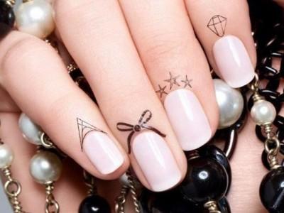 Tatuajes en las cutículas: Descubre la nueva tendencia