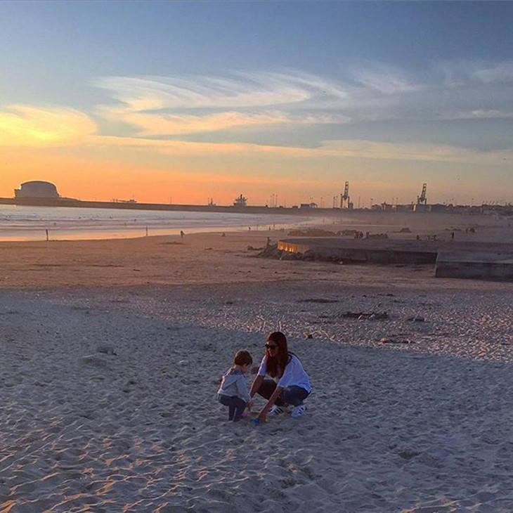 Sara Carbonero e Iker Casillas con Martín en la playa de Oporto