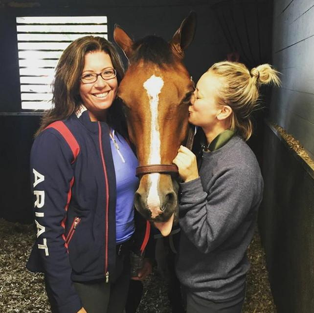 Kaley Cuoco con su caballo Zaza