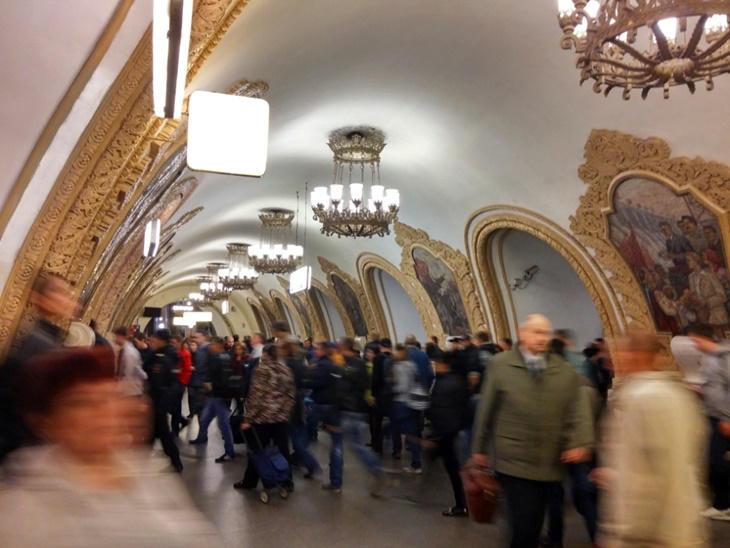 Caminando por Moscú: Transeúntes en el metro
