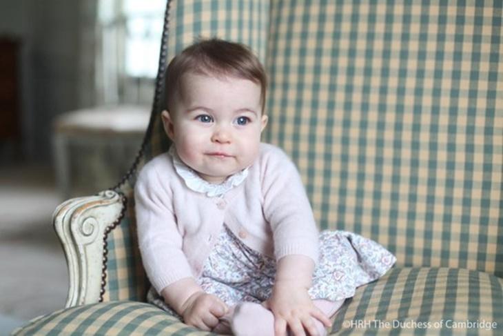Kate Middleton fotografía a su hija la Princesa Charlotte posando