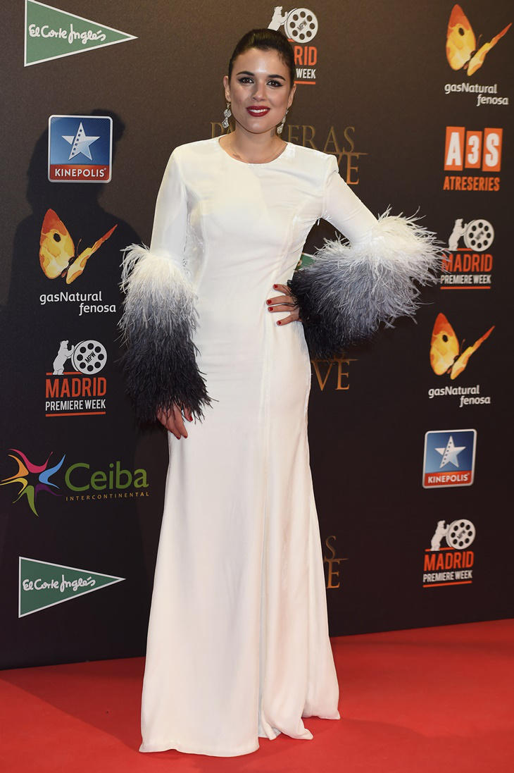 Adriana Ugarte posando con vestido blanco