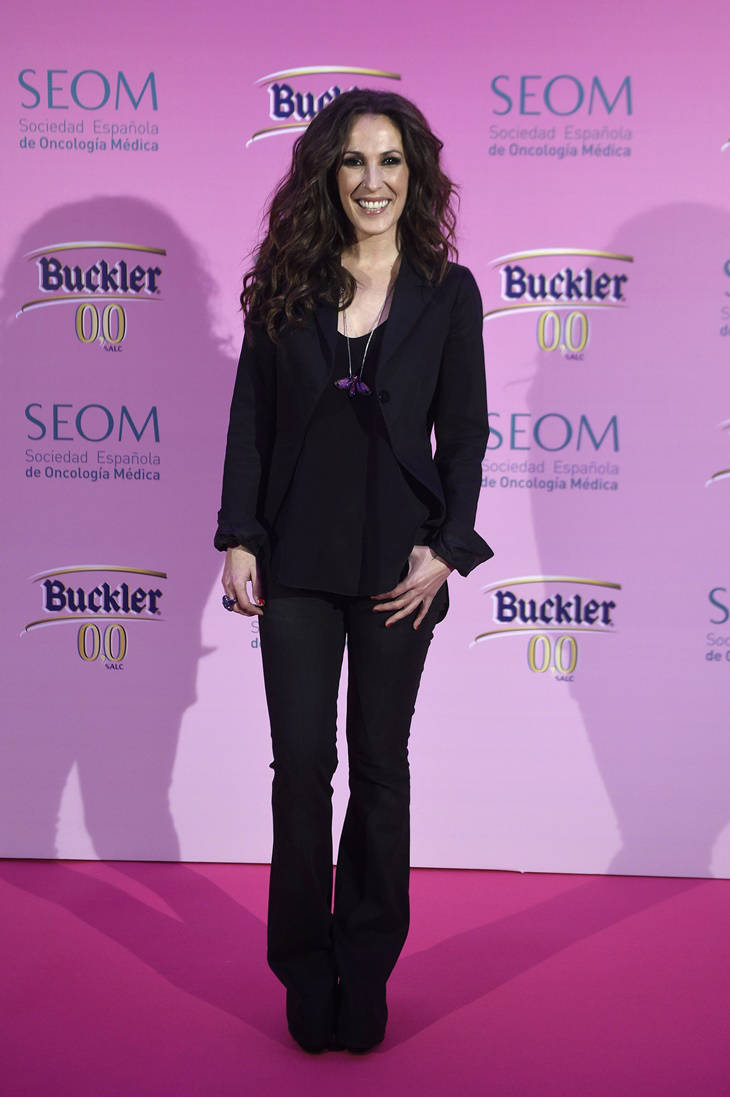 Malú look total black