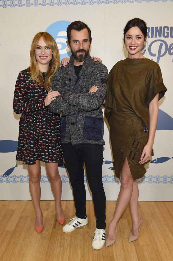 Patricia Conde y Dafne Fernández con Santi Millán