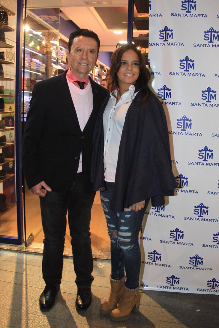 Gloria Camila posa en su tienda con Ortega Cano