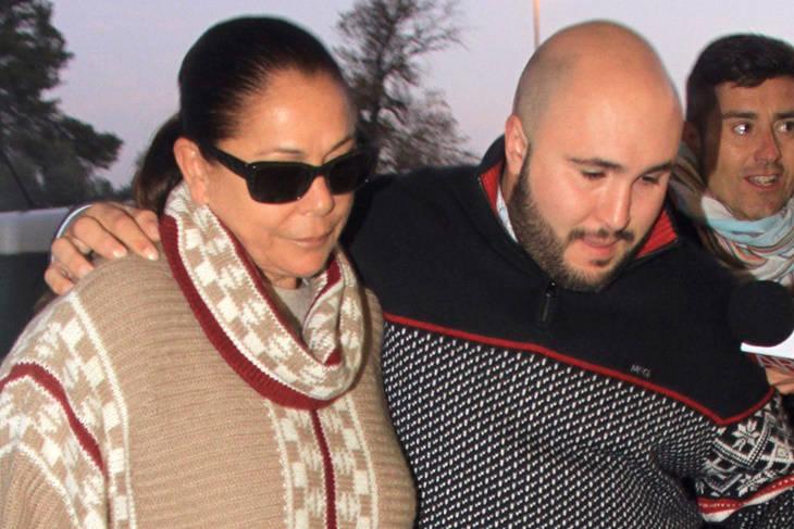 Isabel Pantoja, acompañada de Kiko Rivera, conoce a su nieta