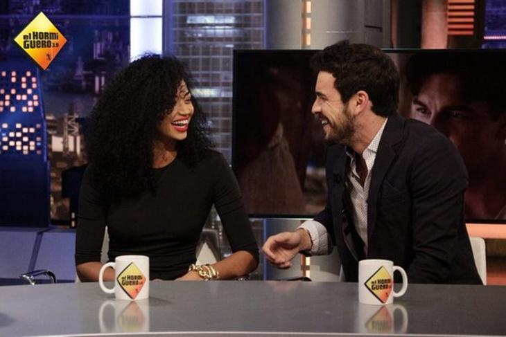 Mario Casas y Berta Vázquez miradas cómplices en 'El Hormiguero'