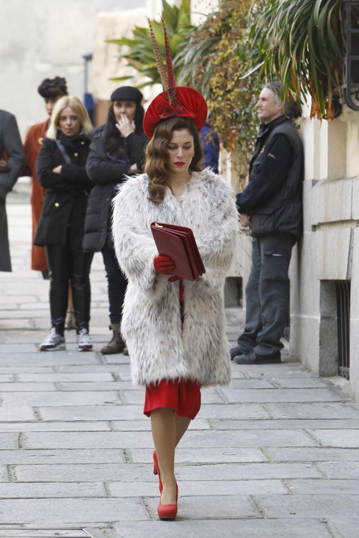 Blanca Suárez: look retro blanco y rojo