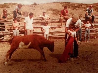Cayetano Rivera comparte una foto de niño toreando en defensa de su hermano