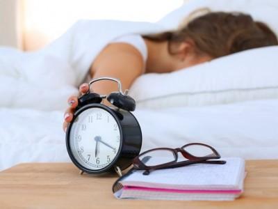 5 cosas que hacemos quienes nos quedamos en la cama 5 minutos más cuando suena el despertador