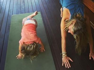 Elsa Pataky hace yoga en la mejor compañía