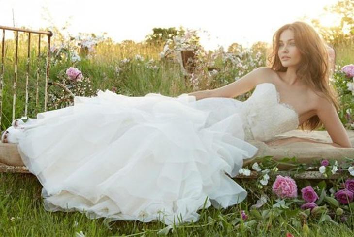 Sonar con vestido de novia blanco roto
