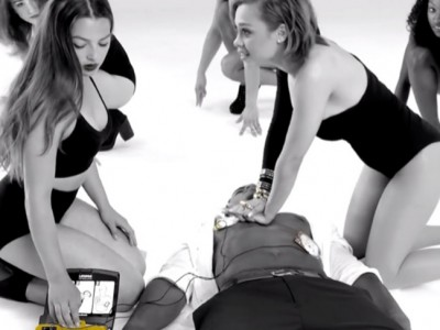 Polémica por un vídeo alemán de primeros auxilios, ¿demasiado sensual?