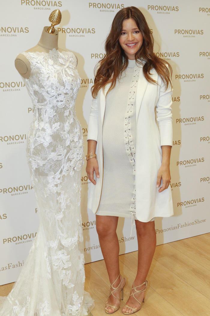 Malena Costa look blanco en el evento de Pronovias