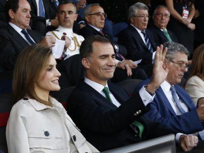 Los Reyes celebran su aniversario entregando la Copa del Rey al Barça