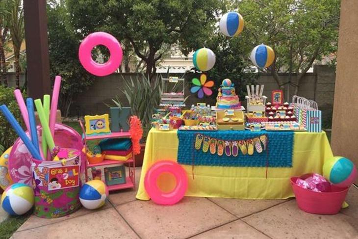 Decoraci n para una fiesta de cumplea os en la piscina for Ideas para decorar piscinas