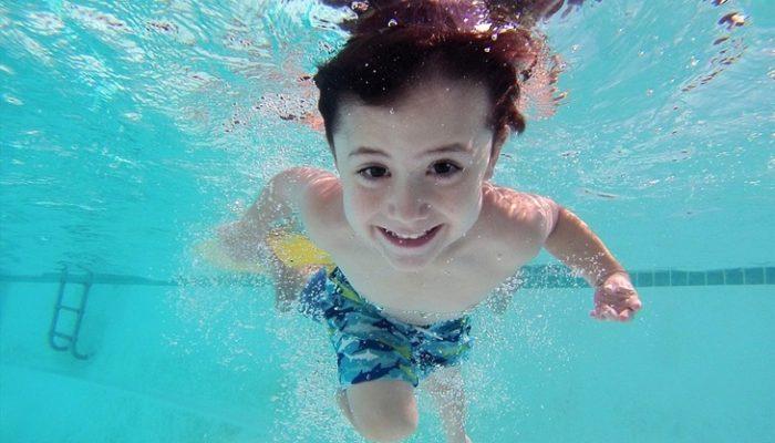 ¿Es necesario que los niños hagan 2 horas de digestión antes de bañarse?