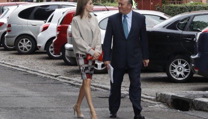La Reina Letizia luce su look más otoñal de Hugo Boss