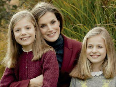 La Princesa Leonor y la Infanta Sofía visten de Nanos en la felicitación navideña