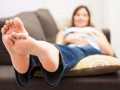 Pies hinchados durante el embarazo: Ejercicios y remedios caseros