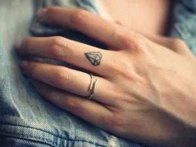 Tatuajes en los dedos, las ideas más chic