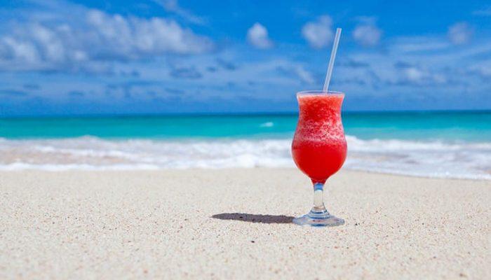 5 cócteles que te teletransportarán a la playa