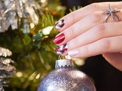 Manicura en tonos rojos para Navidad, ¡uñas más que navideñas!